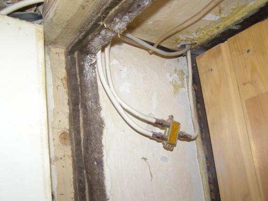 Провода в квартире между дверьми
