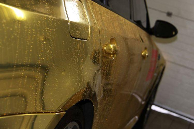 Золотая BMW в приближении