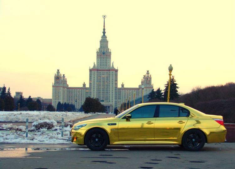 Золотая BMW, вид сбоку
