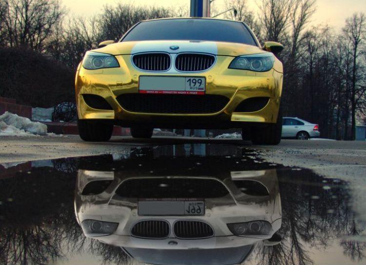 Золотая BMW, вид спереди